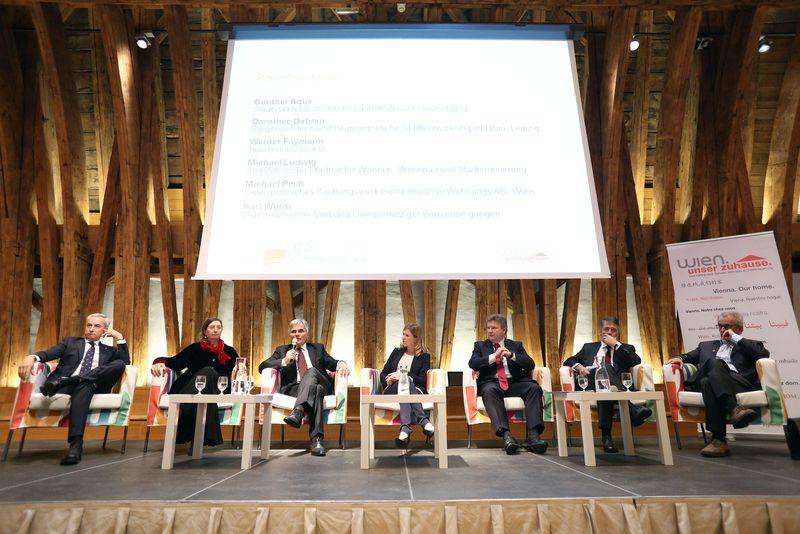 """Diskussion zum Thema """"Gemeinnütziger Wohnbau"""" Podium"""