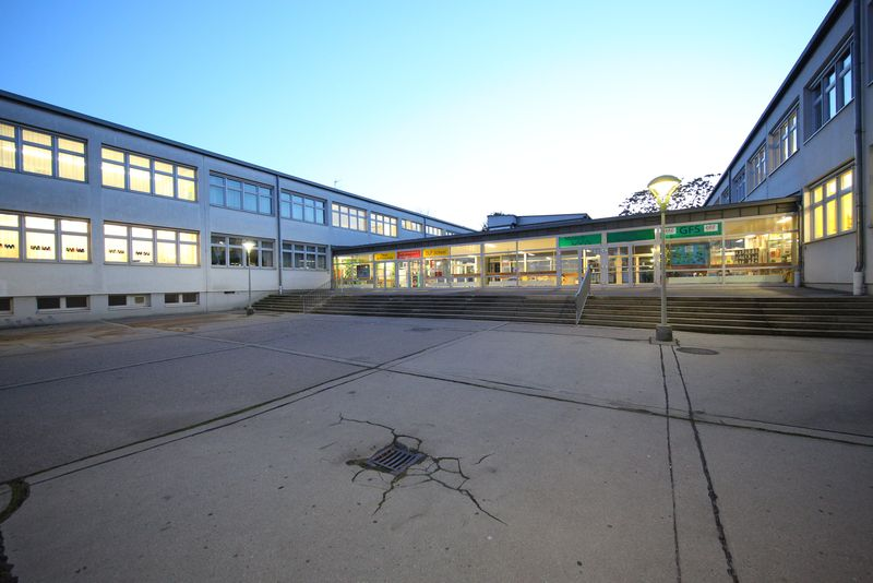 NMS Enkplatz I+II: IBA-Talk Bestandsentwicklung und Stadterneuerung-Tour durch das Projetkgebiet von Smarter Totgether in Wien - Simmering www.smartertogether.at